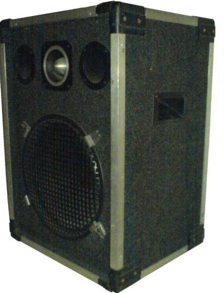 cb888ba13446 Eladó egy 60x42x35cm méretu 2 utas Bell hangszórós 200/400 W-os hangfal.  Ár: 30.000 Ft
